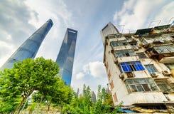 Det gamla huset omgav moderna skyskrapor i Shanghai, Kina Arkivfoton