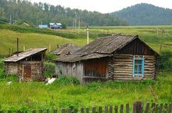 Det gamla huset på Altai Arkivfoton