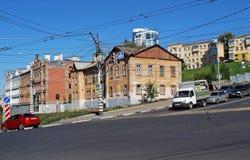 Det gamla huset på en perekrestoka av den Vilonovskaya gatan och den soliga dagen för Volzhsky aveny utom fara samara Royaltyfri Bild