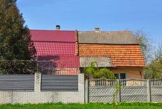 Det gamla huset renoveras och renoveras med metalltaket och keramiska tegelplattor Royaltyfri Bild