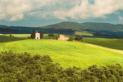 Det gamla kapellet på de lantliga fälten av Tuscany, Italien Arkivfoton