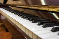 Det gamla klassiska pianot med vit- och svarttangenter arkivbilder