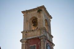 Det gamla klockatornet med något planterar att växa på det royaltyfri fotografi