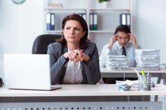 Det gamla kvinnliga framstickandet och ung manlig anst?lld i kontoret arkivbilder