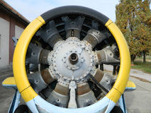 Det gamla motorflygplanet Arkivfoton