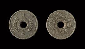 Det gamla myntet Thailand, som är den föråldrade idagen, isolerade på svart bakgrund med snabb bana, 5 Satang royaltyfri foto
