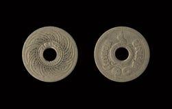 Det gamla myntet Thailand, som är den föråldrade idagen, isolerade på svart bakgrund med snabb bana, 10 Satang Arkivfoton