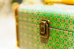Det gamla resväskalåset med en modellcloseup sköt grunt djup av fältet Fotografering för Bildbyråer
