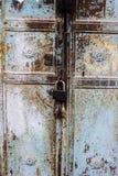 Det gamla rostiga metalllåset och nyckelhålet på en gammal turkos belägger med metall den rostiga dörren som en härlig tappningba Arkivbild
