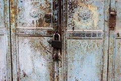 Det gamla rostiga metalllåset och nyckelhålet på en gammal turkos belägger med metall den rostiga dörren som en härlig tappningba Royaltyfri Fotografi