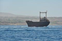Det gamla rostiga skeppet är aground Royaltyfri Bild