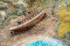 Det gamla rostiga skeppet förstörde skeppet på kusten Fotografering för Bildbyråer