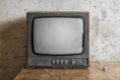 Det gamla rummet med ett retro TV:N Royaltyfri Foto
