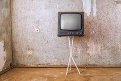 Det gamla rummet med ett retro TV:N Royaltyfri Fotografi