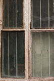 Det gamla spruckna och brutna fönstret i ett industriellt maler Royaltyfri Fotografi