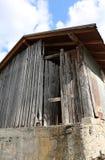 det gamla stallet i nordliga Italien på semesterorten kallade CARNIA Arkivfoton