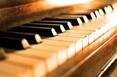Det gamla tappningpianot stämmer Ebony Ivory Black White arkivfoton