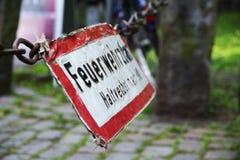 Det gamla tecknet som märks med tysken, uttrycker Feuerwehrzufahrt, Haltver Royaltyfri Foto
