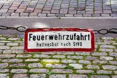 Det gamla tecknet som märks med tysken, uttrycker Feuerwehrzufahrt, Haltver Royaltyfria Foton