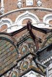 Det gamla tornet av röda tegelstenar dekorerade vid keramiska tegelplattor Royaltyfri Fotografi