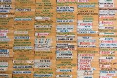 Det gamla träbrädet med all glass namnger skriftligt i spanjor, mig Arkivbilder