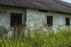 Det gamla träfönstret i en tegelsten övergav huset Arkivbilder