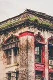 Det gamla träfönstret stänger med fönsterluckor i ner staden, Yangon, Myanmar arkivfoton