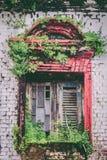 Det gamla träfönstret stänger med fönsterluckor i ner staden, Yangon, Myanmar fotografering för bildbyråer
