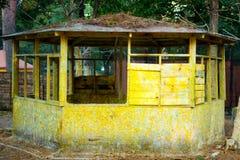 Det gamla träförstörda huset är gult Lantlig övergiven koja övergivet hus Royaltyfria Bilder