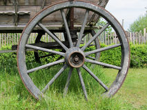 Det gamla trähjulet på ett hö Royaltyfri Foto
