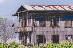 Det gamla trähuset av Burmese royaltyfria foton