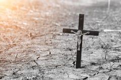 Det gamla träortodoxkorset i sprucket torkar jord Religion - kristendomen Arkivbilder