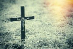 Det gamla träortodoxkorset i sprucket torkar jord Religion - kristendomen Arkivfoton