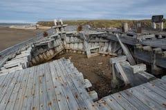 Det gamla träskeppet strandade på en sandig strand Fotografering för Bildbyråer