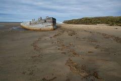 Det gamla träskeppet strandade på en sandig strand Royaltyfri Fotografi