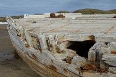 Det gamla träskeppet strandade på en sandig strand Royaltyfri Foto
