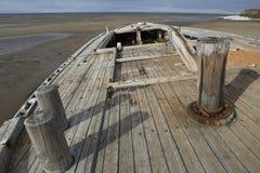 Det gamla träskeppet strandade på en sandig strand Royaltyfria Bilder