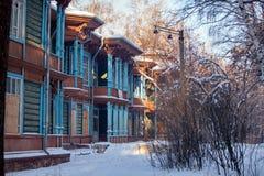 Det gamla trähuset i vinterskog Royaltyfria Foton