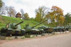Det gamla tunga kriget tankar parkerar in, Korosten, Ukraina Royaltyfri Fotografi