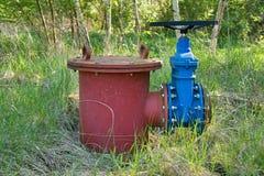Det gamla utvidgningsröret av drinkvattenrör sammanfogade med den nya blåa ventilen och nya blåa gemensamma medlemmar Ny förrådsp Arkivbild