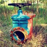 Det gamla utvidgningsröret av drinkvattenrör sammanfogade med den nya blåa ventilen och nya blåa gemensamma medlemmar Ny förrådsp Royaltyfria Foton