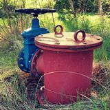 Det gamla utvidgningsröret av drinkvattenrör sammanfogade med den nya blåa ventilen och nya blåa gemensamma medlemmar Ny förrådsp Arkivbilder