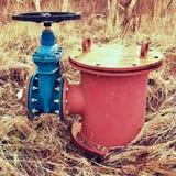 Det gamla utvidgningsröret av drinkvattenrör sammanfogade med den nya blåa ventilen och nya blåa gemensamma medlemmar Ny förrådsp Arkivfoton