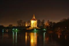 Det gamla vattentornet på natten Arkivfoto