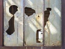 Det gammala fönstret inramar Arkivbilder
