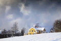 Det gammala huset i en vinter landskap Royaltyfria Bilder