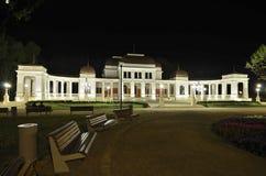 Det gammala kasinot i Cluj Napoca på natten Arkivbilder
