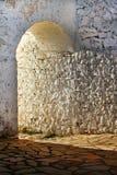 Det gammala stenslottet utfärda utegångsförbud för i ett forntida utformar Arkivbild