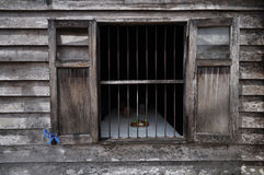 Det gammala wood fönstret i trävägg Arkivfoto