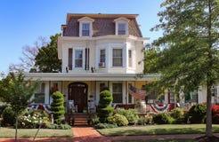 Det gammalmodiga huset i Amerika dekorerade med flaggor och bunting för Memorial Day eller 4th Juli Royaltyfri Foto